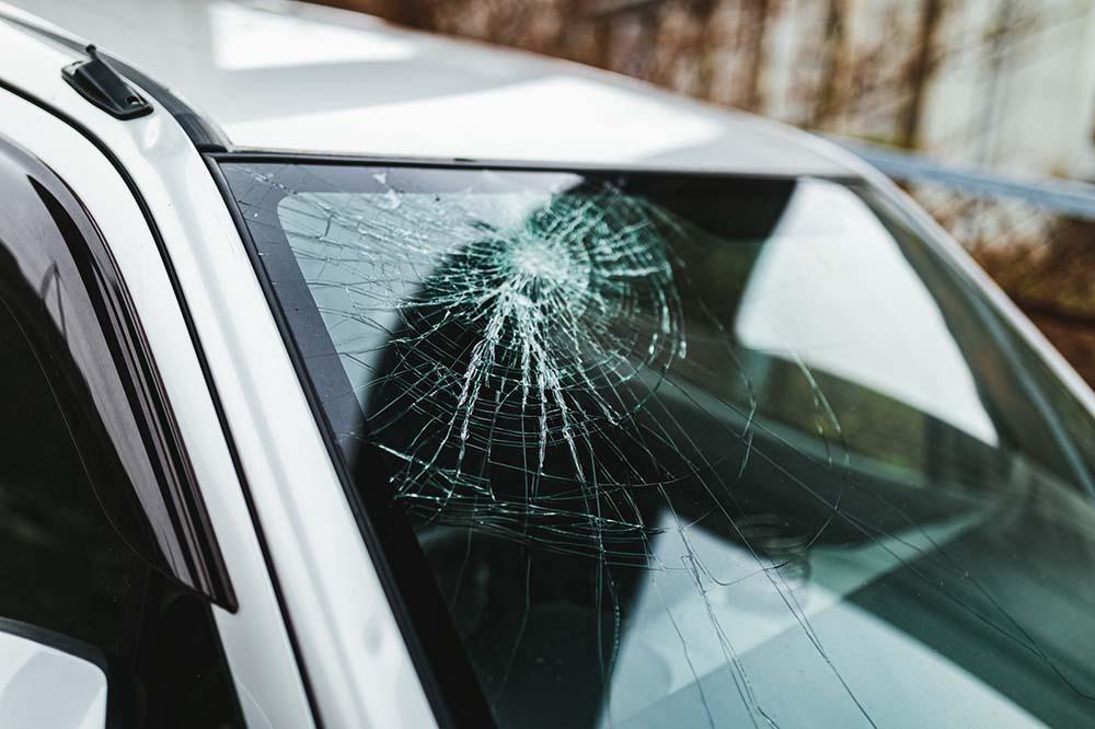 意外とやっかいで侮れない車の窓ガラスへのヒビや擦り傷