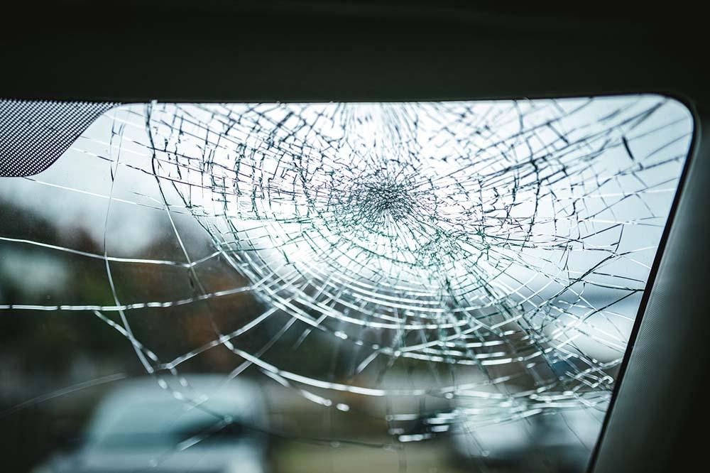 フロントガラスの傷やヒビの原因とは?